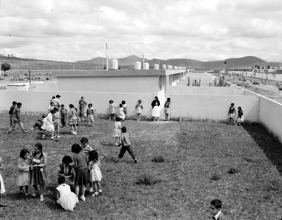 Niños juegan en jardín de unidad habitacional