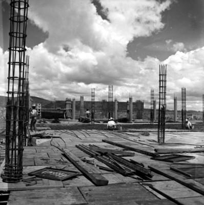 Albañiles arman estructuras de acero durante proceso constructivo