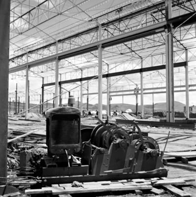 Maquinaria en nave industrial durante construcción