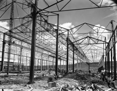 Estructuras de hierro y acero montadas para la construcción de una fábrica