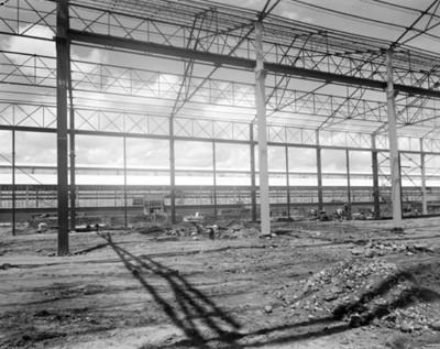 Trabajadores durante la construicción de una fábrica