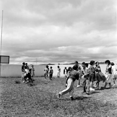 Niños juegan en un patio de unidad habitacional