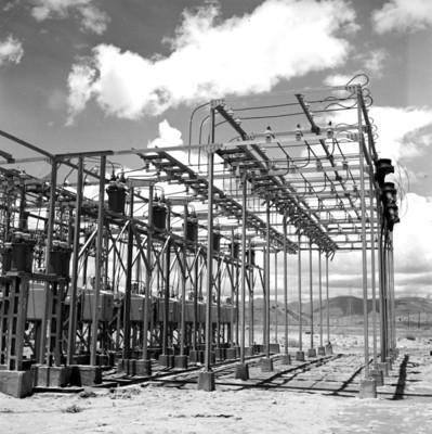 Estructura metálica en instalación de planta electrica