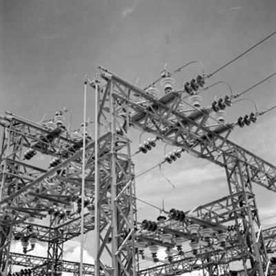 Estructura metálica en instalación de planta eléctrica, vista parcial