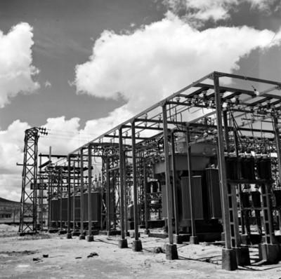 Estructura metálica en instalación de planta eléctrica
