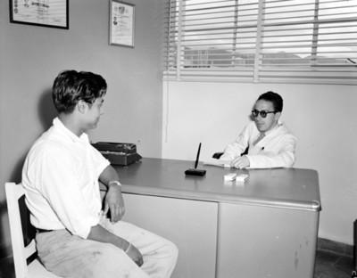 Doctor con un hombre en un consultorio médico