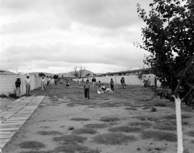 Hombres y niños en la calle once de la unidad habitación