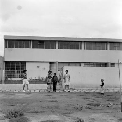 Niños en la entrada de una casa