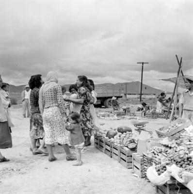 Mujeres en un tianguis