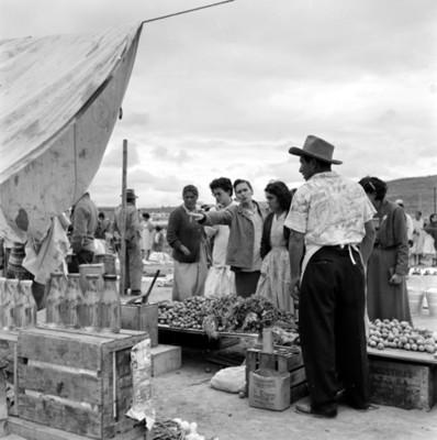 Gente en un puesto de mercado durante tianguis