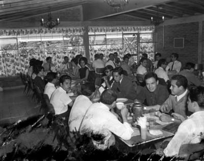 Personas conviven en comedor durante revisión en salón