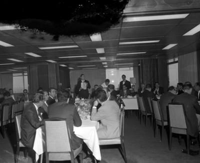 Hombres reunidos durante banquete en un salón