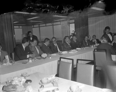Hombres platican en comedor durante reunión