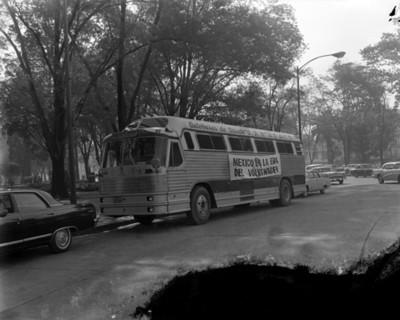 Autobús con destino a instalaciones de volkswagen estacionado en paseo de la areforma
