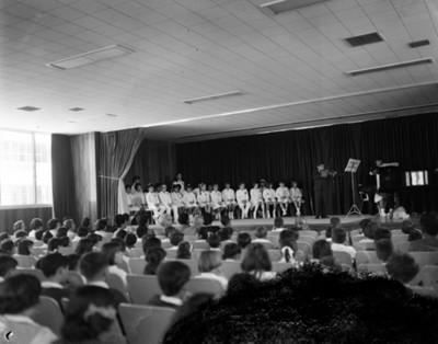 Festival escolar en un auditorio