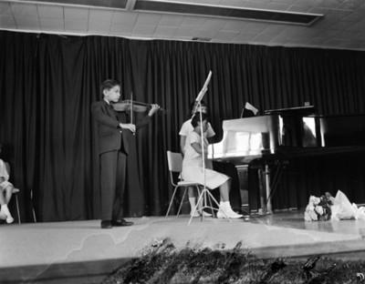 Niños durante recital en un festival escolar