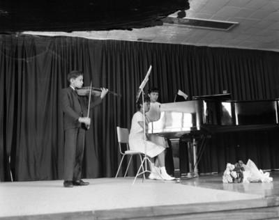 Niñs durante recital en un festival escolar