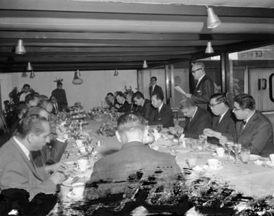 Empresario lee documento durante banquete