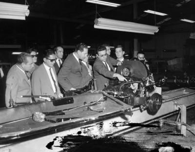 Hombres observan maquinaria durante visita a planta automotríz Volkswagen