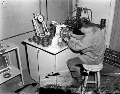 Obrero trabaja con maquinaria en instalación industrial