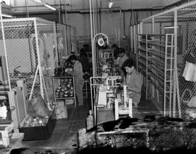 Obreros arman piezas en planta automotríz