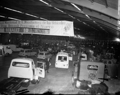 Gente entre automóviles Renaulth en exhibición