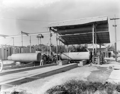 Trabajadores colocan pieza de hierro en un tubo