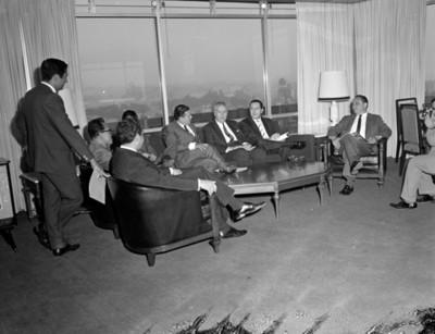 Hombres reunidos en la sala de una casa