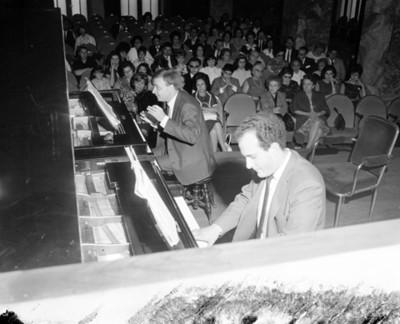 Eva Samano de López Mateos durante concierto de pianistas en un auditorio