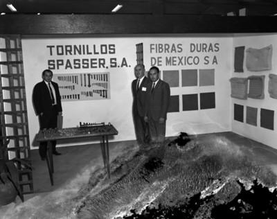 """Empresarios en exhibición de tornillos """"Spasser"""" en planta Nissan Mexicana"""