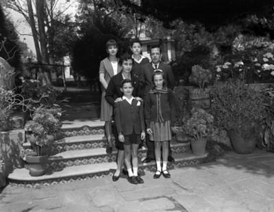 Familia en patio, retrato de grupo
