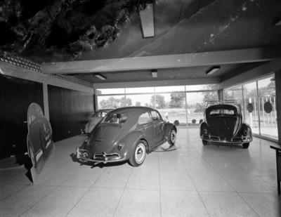 Automóviles en la sala de exhibición de una agencia Volkswagen