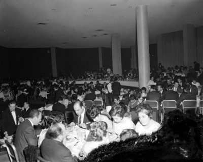 Gente reunida durante banquete en un salón, vista general