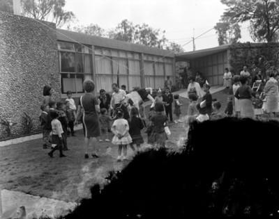 Niño rompe piñata durante cunmpleaños en al patio de una casa