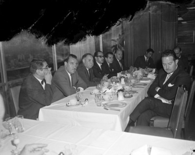 Empresarios en comedor durante reunión en salón