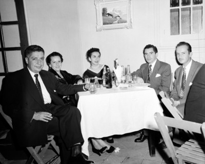 Personas reunidas en comedor de restaurante, retrato de grupo