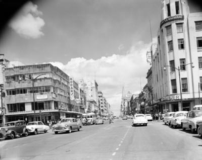 Automóviles circulan por una avenida de Guadalajara