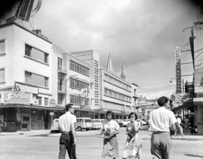 Hombres y Mujeres cruzan una calle de Guadalajara