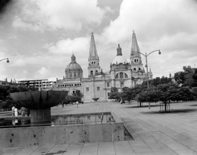 Plaza y jardín frente a la catedral de Guadalajara