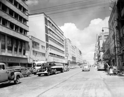 Automóviles circulan por una calle de Guadalajara