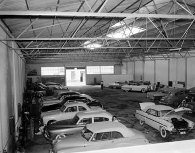 Automóviles en un taller automotríz
