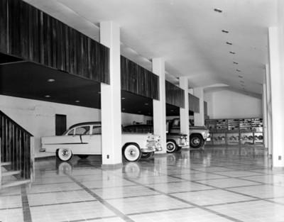 Autos nuevos en la sala de exhibición de una agencia automotríz