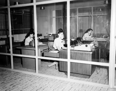 Secretarias trabajan en escritorios de oficina