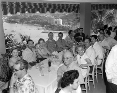 Hombres y mujeres reunidos en un restauranmte