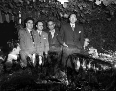 Hombres de pie durante reunión en un restaurante, retrato de grupo