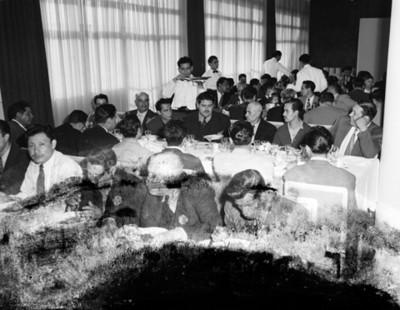 Hombres durante banquete en un restaurante