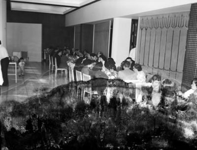 Gente reunida en un restaurante durante banquete