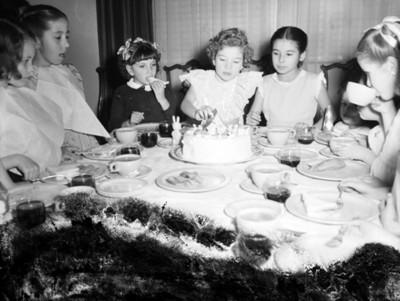 Niños en el comedor de una casa durante cumpleaños