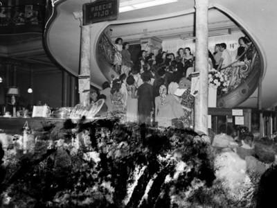 Mujeres y hombres en las escaleras de una tienda departamental
