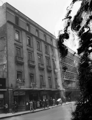 Gente camina junto a edificios en una calle